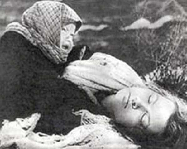 Блокадный Ленинград - фото погибшей матери и ребенка